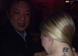 Enlace a Burlándose de su tatuaje