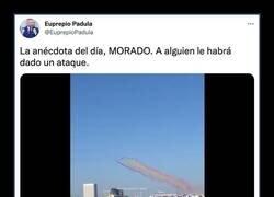 Enlace a Llueven los memes por el humo morado de uno de los aviones de la Patrulla Águila