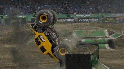 Enlace a Doble salto mortal hacia atrás con un monster truck