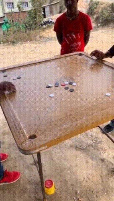 Enlace a Una forma muy curiosa y original de jugar al billar
