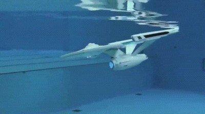 Enlace a La Enterprise haciendo maniobras debajo del agua