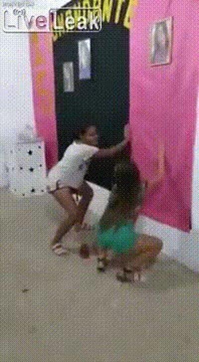 Cuando pillas a tu hermana mayor haciendo cosas indecentes