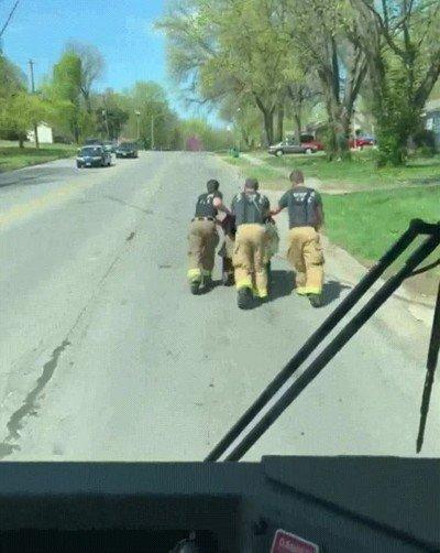 Enlace a Un grupo de bomberos empujando la silla de ruedas de un veterano de guerra