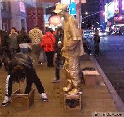 Enlace a Lo que pasa cuando le intentas robar a una estatua callejera