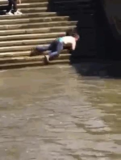La forma de caer más ridícula que he visto en mucho tiempo