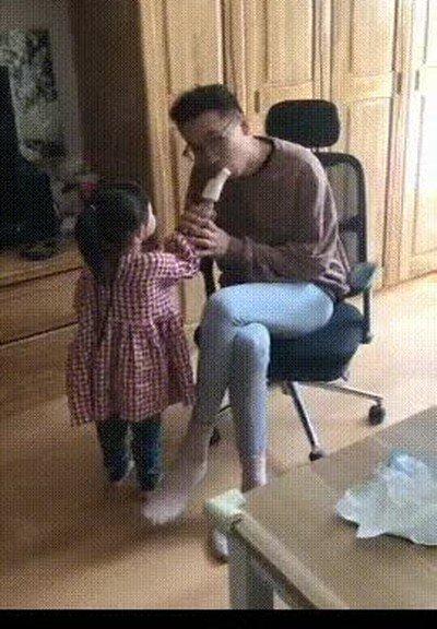 Enlace a Cuando te comes medio helado de tu hija sin darte cuenta