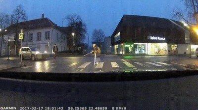 Enlace a Creo que así no se ayuda a cruzar la calle a una abuelita