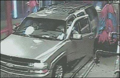 Abrir la puerta del coche en medio del tren de lavado fue una mala idea