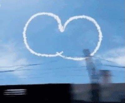 Enlace a Dos aviones dejando el mensaje definitivo para toda la humanidad