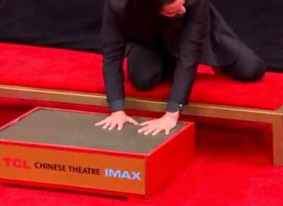 Enlace a Keanu Reeves dejando huella por donde pasa
