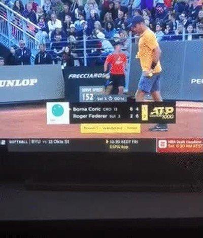 Enlace a Este tenista parece darle una patada al cartel publicitario