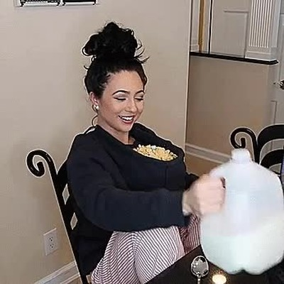Enlace a A falta de platos siempre puedes utilizar tu escote para comer cereales