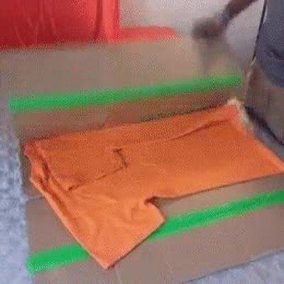 Enlace a Truco para doblar camisetas con una caja de cartón