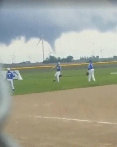Enlace a El típico clima antes de jugar un partido de béisbol