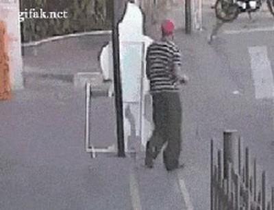 Enlace a El simple hecho de caminar por la calle puede ser muy peligroso