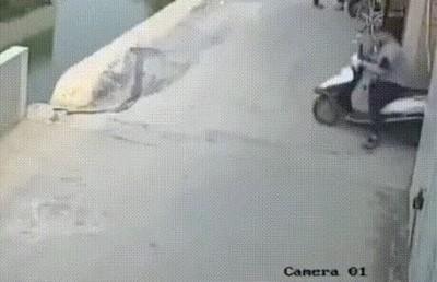 Enlace a Es importante mirar a ambos lados antes de arrancar la moto