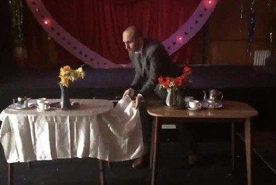La versión definitiva del truco del mantel sobre la mesa