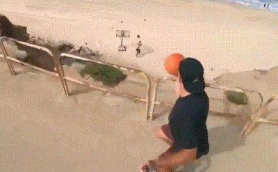 Enlace a Mete un canastón y te atrapa un balón con la misma mano mientras va en bici