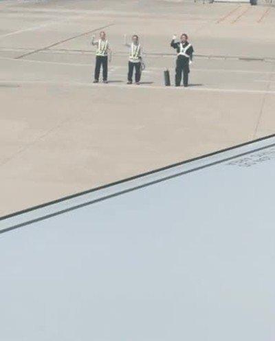 Enlace a Estos trabajadores del aeropuerto son super educados