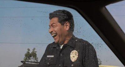 Enlace a La reacción del policía cuando le enseñas un billete para librarte de la multa