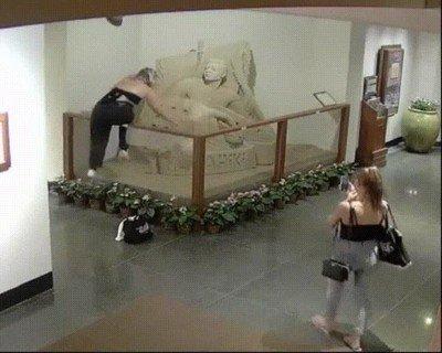 Enlace a Esta señora haciendo el troll en una museo de esculturas de arena