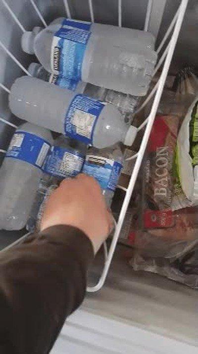 Enlace a Una botella de agua que se convierte en hielo en un segundo