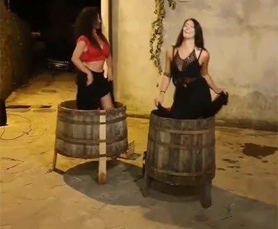 Enlace a Dicen que si bailas así el vino sale más bueno