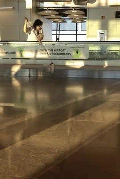 Enlace a Trabajadores del aeropuerto que aprovechan las cintas de transporte para fregar