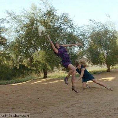 Enlace a El deporte más peligroso de una boda: cazar el ramo
