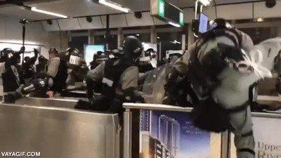 Enlace a Esta policía de Hong Kong no parece muy hábil