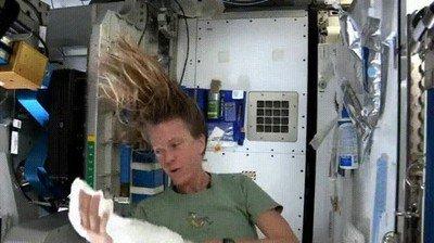 Lavarse el pelo en el espacio es más difícil de lo que crees