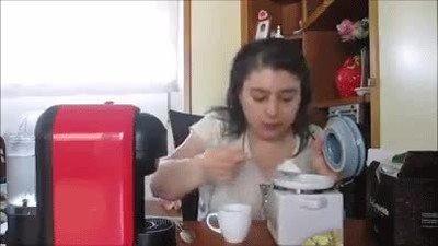 Enlace a Gente que nunca tiene suficiente poniendo azúcar en el café
