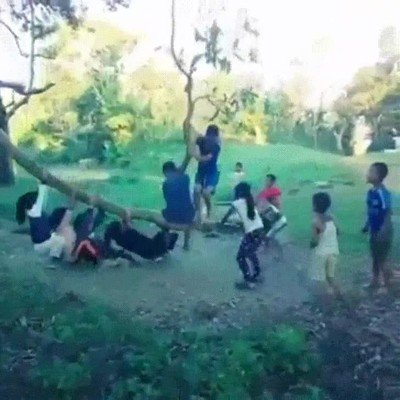 Enlace a Estos niños utilizan una rama para jugar pero en realidad se la están jugando mucho