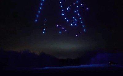 Enlace a 100 drones haciendo un espectáculo de luz y de colores