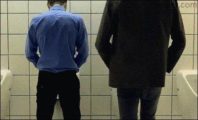 Enlace a ¿Qué problema tiene esa gente que se te coloca justo al lado en la lavabo?