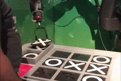 Enlace a Robot haciendo trampas en el tres en raya