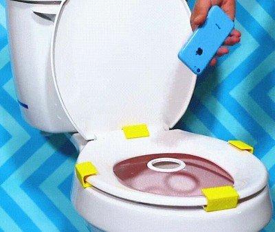 Enlace a Un método de seguridad para los patosos con el móvil en el WC