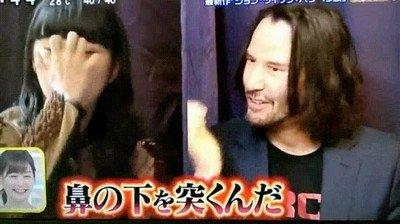 Enlace a Keanu Reeves enseñando defensa personal a una reportera japonesa