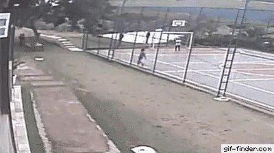 Jugar en un cancha callejera se ha convertido en algo peligroso