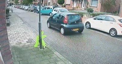 Vaya forma de liarla aparcando...