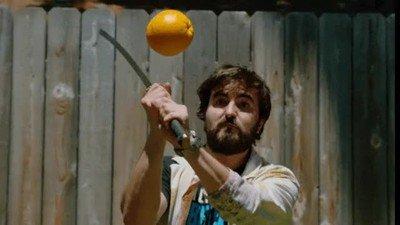 Enlace a Partiendo en dos una naranja a cámara lenta con una katana