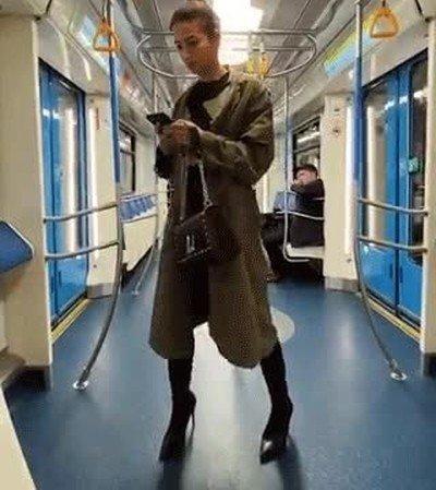 Enlace a Truco para no caerse en el metro mientras sigues mandando mandando mensajes