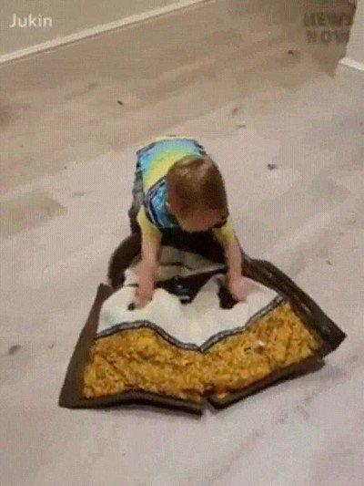 Este niño ha aprendido a ponerse el abrigo de la forma más molona