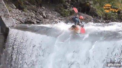 Enlace a El amo del río: Bajando por una cascada haciendo un dab