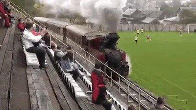 Enlace a Alguien pensó que sería una buena idea poner un tren en un campo de fútbol