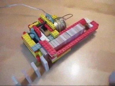 Enlace a Un robot LEGO que te ayuda a colocar fichas de domino