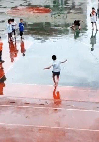 Niños aprovechando que ha llovido para patinar