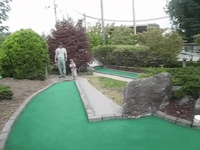 Enlace a Este niño tiene un don natural para el mini golf