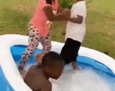 Enlace a Practicando WWE en la piscina de casa