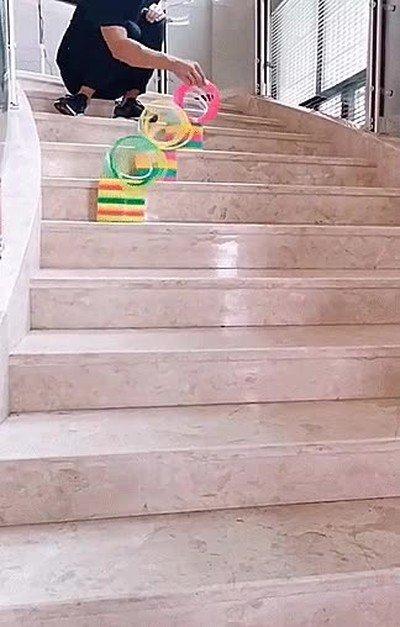 Enlace a Carrera de slinkies por las escalera. No puedo dejar de verlo